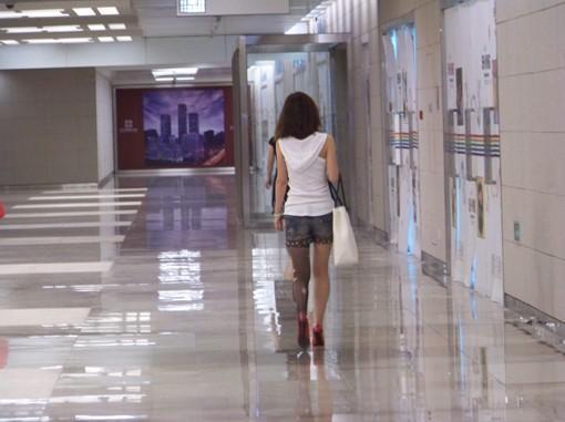 北京街头惊现单腿穿丝袜美女 - 明天更美好 - 美好生活
