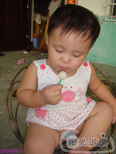 吃棒棒糖 - *^_^*阳光琪琪的成长乐圆
