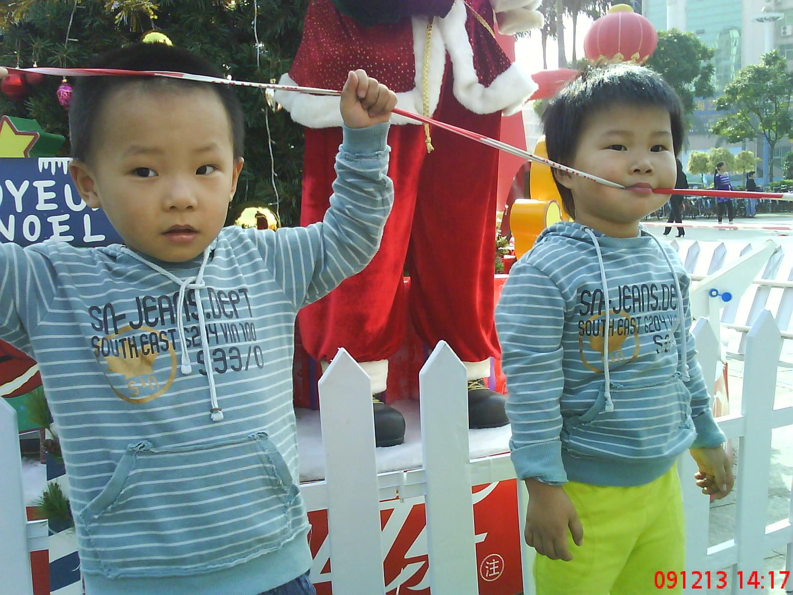 可爱小女孩双胞胎